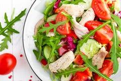 Σαλάτα λωρίδων κοτόπουλου με τα φύλλα ντοματών, μαρουλιού, αγγουριών και arugula Σαλάτα φρέσκων λαχανικών με το κρέας κοτόπουλου  Στοκ Εικόνες