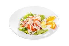 Σαλάτα με τα θαλασσινά στο λευκό πιάτων που απομονώνεται Στοκ Εικόνα