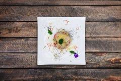 Σαλάτα με τη γλώσσα, τα λαχανικά, τα μανιτάρια και το τυρί βόειου κρέατος με τη μαγιονέζα σε ένα άσπρο πιάτο στοκ φωτογραφίες
