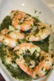 Σαλάτα με τις γαρίδες και την πράσινη σάλτσα Στοκ Φωτογραφία