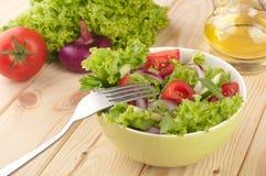 Σαλάτα με τις ντομάτες και τα κρεμμύδια αγγουριών Στοκ φωτογραφία με δικαίωμα ελεύθερης χρήσης