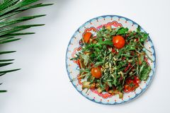 Σαλάτα με τις ντομάτες σαλάτας και κερασιών πυραύλων σε ένα άσπρο backgroun Στοκ φωτογραφία με δικαίωμα ελεύθερης χρήσης