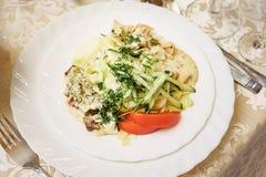 Σαλάτα με τις ντομάτες, τα αγγούρια, το κρέας και τα πράσινα στο πιάτο στοκ φωτογραφία με δικαίωμα ελεύθερης χρήσης
