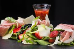 Σαλάτα με τις φράουλες και το prosciutto Στοκ φωτογραφίες με δικαίωμα ελεύθερης χρήσης