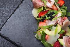 Σαλάτα με τις φράουλες και το prosciutto Στοκ Φωτογραφίες