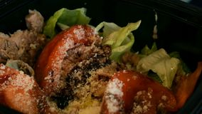 Σαλάτα με τον τόνο, τις ντομάτες, τα λαχανικά, το μαρούλι και το τυρί φιλμ μικρού μήκους