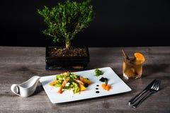 Σαλάτα με το αβοκάντο γαρίδων και persimmon, σύνθεση με τα τρόφιμα στοκ φωτογραφία με δικαίωμα ελεύθερης χρήσης
