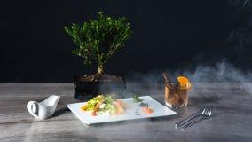 Σαλάτα με το αβοκάντο και persimmon γαρίδων, σύνθεση με τα τρόφιμα και καπνός στοκ εικόνα με δικαίωμα ελεύθερης χρήσης