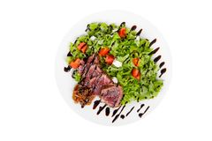 Σαλάτα με το βόειο κρέας ψητού στο λευκό πιάτων που απομονώνεται Στοκ φωτογραφία με δικαίωμα ελεύθερης χρήσης