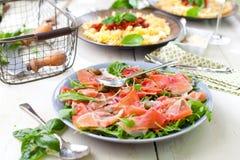Σαλάτα με το ζαμπόν της Πάρμας jamon, τις ντομάτες και το arugula στο πιάτο στοκ φωτογραφία με δικαίωμα ελεύθερης χρήσης