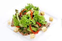 Σαλάτα με το μοσχαρίσιο κρέας και λαχανικά σε ένα άσπρο πιάτο στοκ φωτογραφία με δικαίωμα ελεύθερης χρήσης