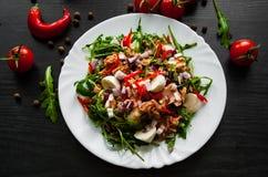 Σαλάτα με το πράσινο rucola, τυρί, τόνος, κρεμμύδι, πιπέρι στο άσπρο κύπελλο στο σκοτεινό ξύλινο υπόβαθρο Στοκ φωτογραφίες με δικαίωμα ελεύθερης χρήσης