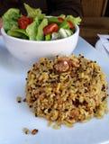 Σαλάτα με το ρύζι ντοματών και ξύλων καρυδιάς Στοκ Φωτογραφία
