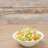 Σαλάτα με το σέλινο, τα καρότα και τα μήλα σε ένα άσπρο κύπελλο Στοκ Φωτογραφία