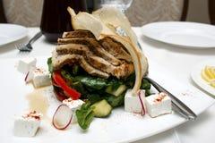 Σαλάτα με το τυρί και φρέσκα λαχανικά στο άσπρο υπόβαθρο ελληνική σαλάτα Στοκ Φωτογραφίες