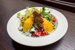Σαλάτα με το τυρί μάγκο και αιγών στοκ φωτογραφία