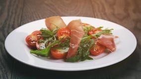 Σαλάτα με το arugula και τις ντομάτες prosciutto Στοκ Εικόνες