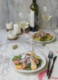 Σαλάτα με persimmon, την καπνισμένη σάλτσα κοτόπουλου, ντοματών κερασιών, Camembert τυριών και μπλε τυριών Εορταστικό πιάτο σε έν στοκ φωτογραφίες με δικαίωμα ελεύθερης χρήσης
