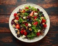 Σαλάτα νωπών καρπών με το βακκίνιο, το σμέουρο φραουλών, τα ξύλα καρυδιάς, το τυρί φέτας και τα πράσινα λαχανικά υγιή θερινά τρόφ στοκ εικόνες