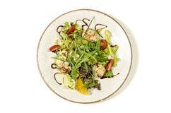 Σαλάτα οστράκων σε ένα πιάτο με τις ντομάτες κερασιών και τα φρέσκα χορτάρια στοκ εικόνες με δικαίωμα ελεύθερης χρήσης