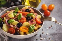 Σαλάτα πατατών με τις ντομάτες, ελιές, κάπαρες, κόκκινο κρεμμύδι, ιταλική κουζίνα ύφους Insalata Pantesca στοκ φωτογραφία