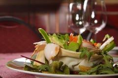σαλάτα πιάτων που εξυπηρ&epsilo στοκ εικόνα με δικαίωμα ελεύθερης χρήσης