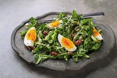 Σαλάτα πικραλίδων με τα αυγά και τα φασόλια Στοκ φωτογραφία με δικαίωμα ελεύθερης χρήσης