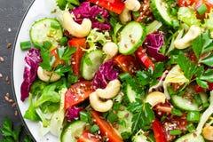 σαλάτα που βλασταίνεται στενή επάνω στο λαχανικό Φρέσκια σαλάτα με τα λαχανικά και τα καρύδια λαχανικό σαλάτας πιάτων Στοκ Φωτογραφία
