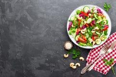 σαλάτα που βλασταίνεται στενή επάνω στο λαχανικό Φρέσκια σαλάτα με τα λαχανικά και τα καρύδια λαχανικό σαλάτας πιάτων Στοκ Εικόνες