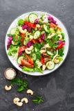 σαλάτα που βλασταίνεται στενή επάνω στο λαχανικό Φρέσκια σαλάτα με τα λαχανικά και τα καρύδια λαχανικό σαλάτας πιάτων Στοκ φωτογραφία με δικαίωμα ελεύθερης χρήσης