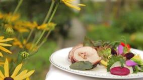 Σαλάτα που καλύπτεται σε μια ρύθμιση κήπων απόθεμα βίντεο