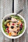 Σαλάτα σπανακιού με τα φρούτα και το μπλε ξύλινο υπόβαθρο τυριών φέτας Στοκ Εικόνες