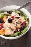 Σαλάτα σπανακιού με τα φρούτα και το σκοτεινό υπόβαθρο τυριών φέτας Στοκ φωτογραφίες με δικαίωμα ελεύθερης χρήσης