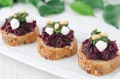 Σαλάτα τεύτλων με το τυρί pesto και αιγών στο ψημένο ψωμί καλαμποκιού, sel Στοκ Εικόνες