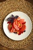Σαλάτα της ντομάτας και των κόκκινων δαμάσκηνων με το βασιλικό για μια υγιεινή διατροφή Στοκ φωτογραφίες με δικαίωμα ελεύθερης χρήσης