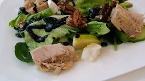 Σαλάτα τον τόνο, τα λαχανικά, το μαρούλι και το τυρί που αναμιγνύονται με με ένα δίκρανο απόθεμα βίντεο
