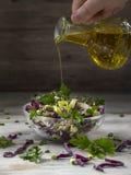 Σαλάτα του κόκκινου λάχανου στα κύπελλα μιας γυαλιού σαλάτας στοκ εικόνες με δικαίωμα ελεύθερης χρήσης