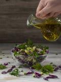 Σαλάτα του κόκκινου λάχανου στα κύπελλα μιας γυαλιού σαλάτας στοκ εικόνα με δικαίωμα ελεύθερης χρήσης