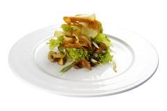Σαλάτα του Μόναχου με τα μανιτάρια και τα τσιπ πατατών Χορτοφάγο πιάτο στοκ εικόνα με δικαίωμα ελεύθερης χρήσης