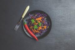 Σαλάτα του πορφυρού λάχανου, των σπόρων κολοκύθας καρότων και του μαϊντανού στοκ εικόνες