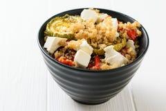 Σαλάτα του τυριού, των ψημένων λαχανικών και βρασμένο quinoa σε έναν άσπρο πίνακα φρέσκος τηγανισμένος χορτοφάγος ντοματών κολοκυ στοκ φωτογραφία