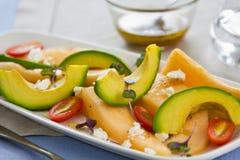 Σαλάτα τυριών αβοκάντο, πεπονιών και αιγών στοκ φωτογραφία με δικαίωμα ελεύθερης χρήσης