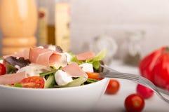 Σαλάτα τυριών στενό σε έναν επάνω κύπελλων Στοκ εικόνες με δικαίωμα ελεύθερης χρήσης