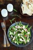 Σαλάτα των φρέσκων λαχανικών - arugula, ραδίκι, τυρί φέτας, ζαμπόν και σουσάμι στο μαύρο πιάτο με επίπεδο tortilla ψωμιού τρόφιμα Στοκ Εικόνες