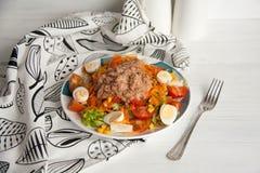 Σαλάτα τόνου με τη φρέσκια πράσινη σαλάτα, την ντομάτα, το καλαμπόκι, τα αυγά και το στηριγμένο καρότο Στοκ φωτογραφία με δικαίωμα ελεύθερης χρήσης