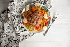 Σαλάτα τόνου με τη φρέσκια πράσινη σαλάτα, την ντομάτα, το καλαμπόκι, τα αυγά και το στηριγμένο καρότο Στοκ Εικόνα