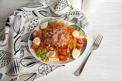 Σαλάτα τόνου με τη φρέσκια πράσινη σαλάτα, την ντομάτα, το καλαμπόκι, τα αυγά και το στηριγμένο καρότο Στοκ Εικόνες