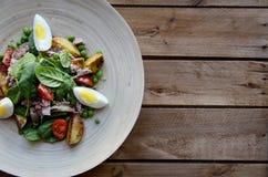 Σαλάτα τόνου με το μαρούλι, τα αυγά και τις ντομάτες Στοκ Εικόνες