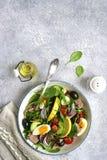 Σαλάτα τόνου με το σπανάκι φύλλων σαλάτας μιγμάτων και το arugula, αβοκάντο Στοκ Φωτογραφίες
