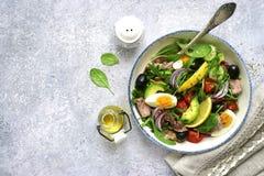 Σαλάτα τόνου με το σπανάκι φύλλων σαλάτας μιγμάτων και το arugula, αβοκάντο Στοκ Φωτογραφία